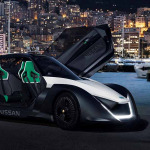 Margot Robbie Compite A Bordo del Nissan BladeGlider
