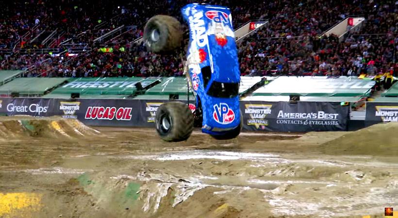 Monster Truck hace un front flip