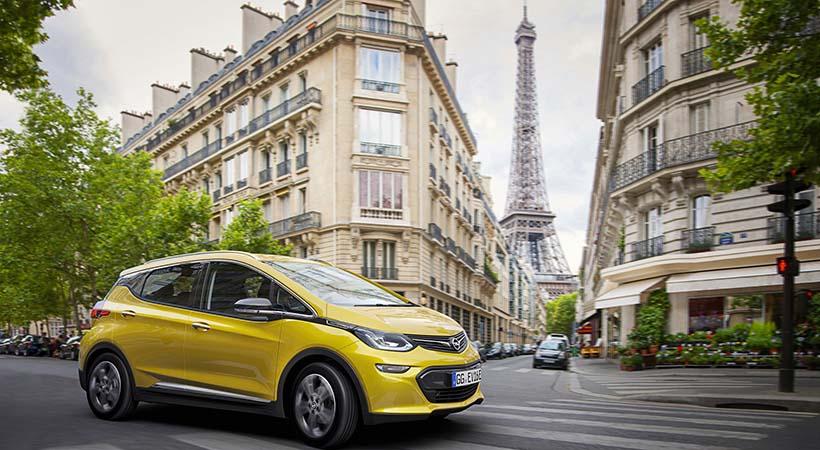 Papa Francisco recibió su auto eléctrico Opel Amera-e