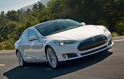 AAA aumentó el costo del seguro de un Tesla en 30%