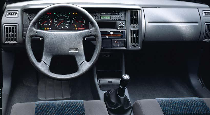 El Volvo 440, que debutó en junio de 1988, era un vehículo familiar de cinco puertas que compartía tecnología con el coupé Volvo480, con el que comenzó la era de Volvo Cars del Futuro.