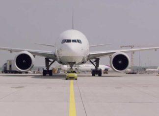 Mini eléctrico remolca un avión de 150 toneladas