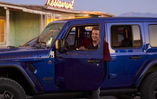 """Jeremy Renner canta y actúa en la nueva campaña """"Summer of Jeep"""""""