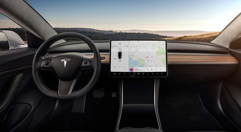 Tesla podría incorporar Netflix y YouTube en sus autos