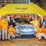 El último Volkswagen Beetle sale de las líneas de producción en Puebla