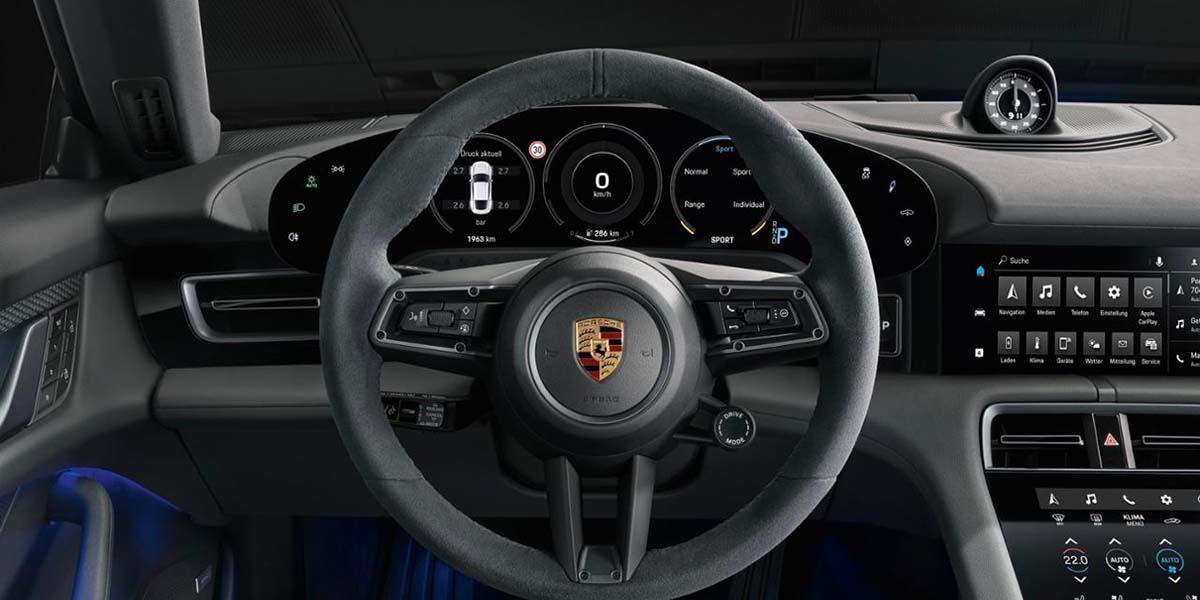 Porsche controla de forma centralizada todos los sistemas de chasis del Taycan. El Porsche 4D Chassis Control integrado analiza y sincroniza dichos sistemas de chasis en tiempo real. El Taycan 4S lleva de serie la suspensión neumática adaptativa con tecnología de tres cámaras, que incluye el control electrónico de la amortiguación PASM (Porsche Active Suspension Management).
