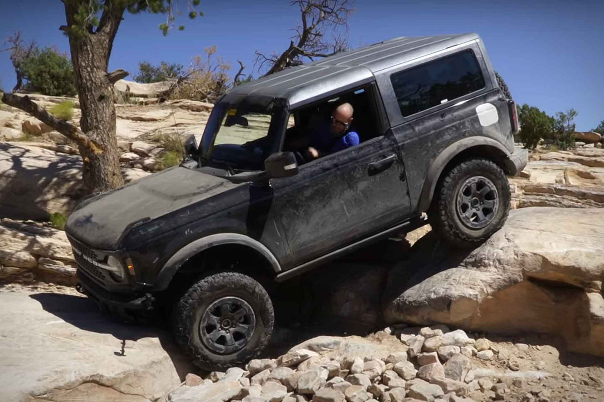 Ford Bronco en Moab trepando rocas, el video oficial